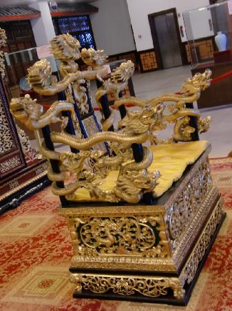 Guilin Sunshine Dynasty Hotel: The replica of throne