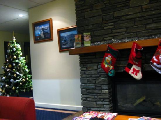 Jet Park Hotel Rotorua: faux fireplace