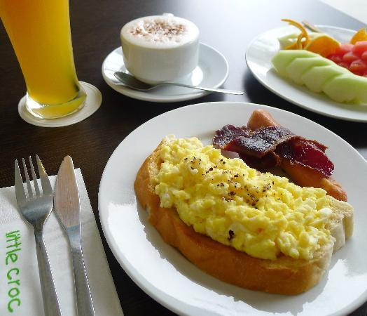 "Riverside Boutique Guesthouse: Breakfast in the ""Little Croc"" cafe"