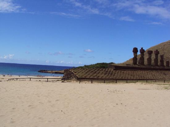 Anakena Beach : moais frente a la playa