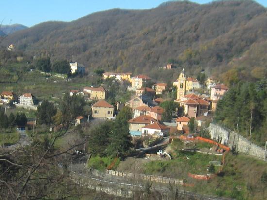 Ferrovia Genova-Casella: Small town