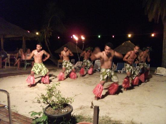 Horizon Backpackers & Travel Centre: One of the nightly performances at Smugglers cove next door