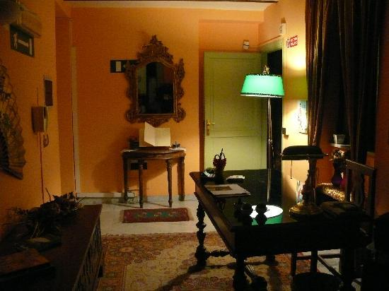 Cavour il Conte Camillo : The main office and entryway