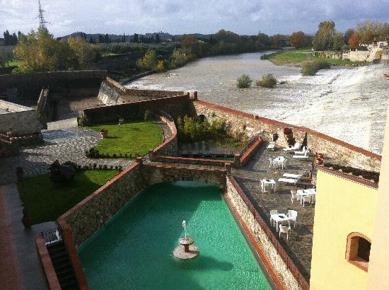 Hotel Mulino di Firenze : 部屋から見える風景。夏はプールで泳げます。