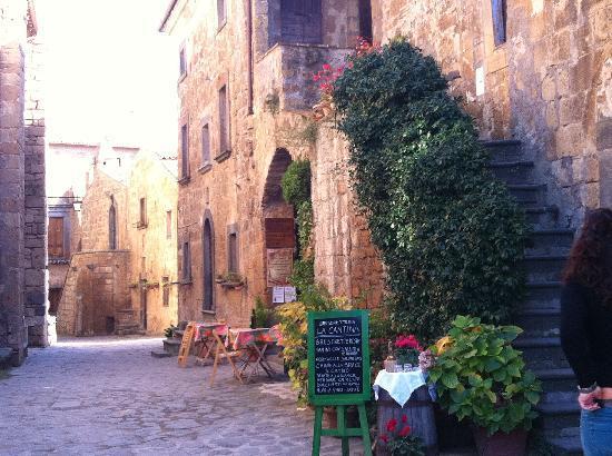 Orvieto, إيطاليا: チビタ・ディ・バニョレージョの町並み
