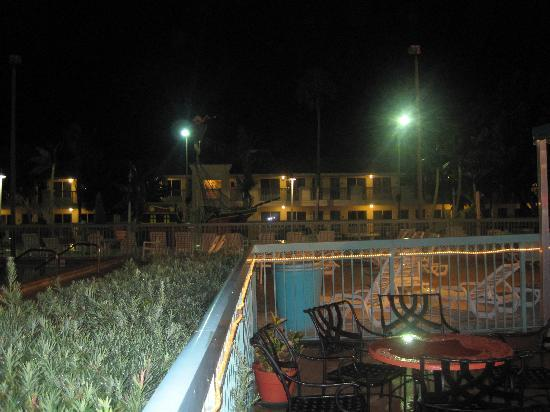 International Palms Resort & Conference Center Cocoa Beach: restaurant view including pool