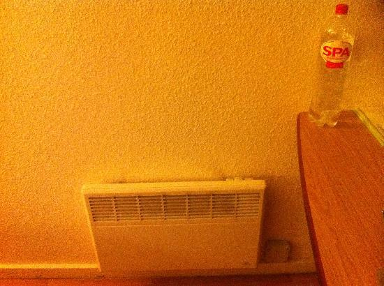 Campanile Gent / Gand: That wall heater is very small
