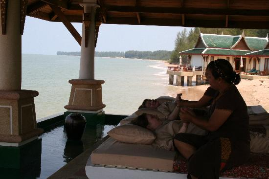 Andaman Princess Resort & Spa: Wonderful massage accomanied by the breaking of the waves
