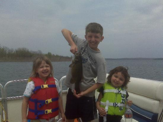 Stone Creek Lodge : Kids fishing