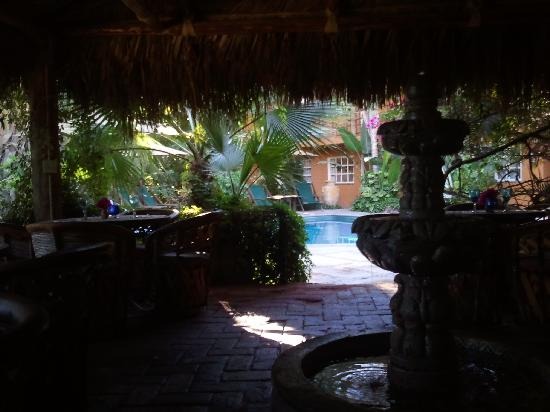 The Bungalows Hotel: Breakfast area under the palapa