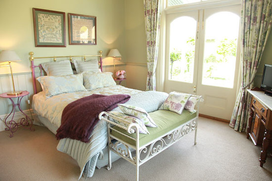 Lilac Rose Boutique Bed and Breakfast: The Garden Room opens onto the veranda