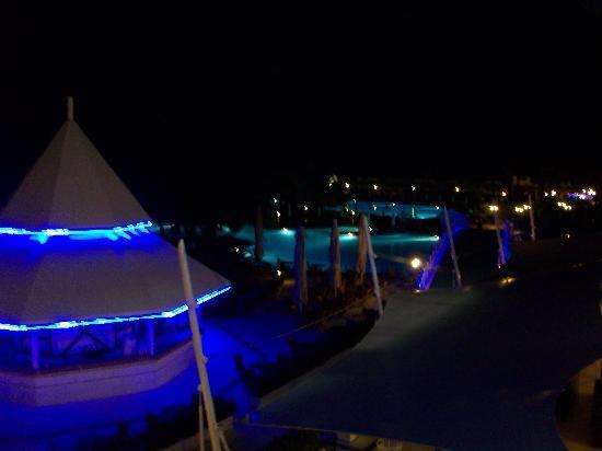 Titanic Beach Lara Hotel: Die Poollandschaft bei Nacht.