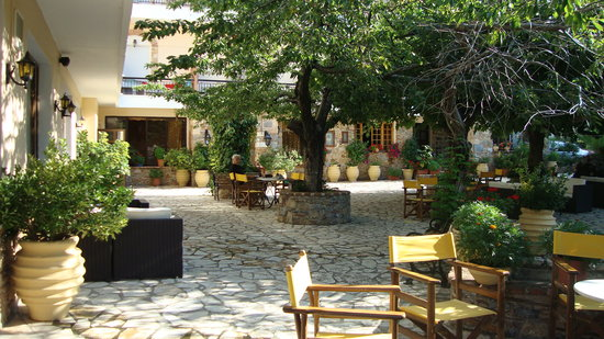 Steni Dirfyos, Hellas: Garden of the hotel