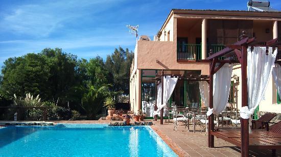 El Patio de Lajares: Pool mit Restaurant im Hintergrund