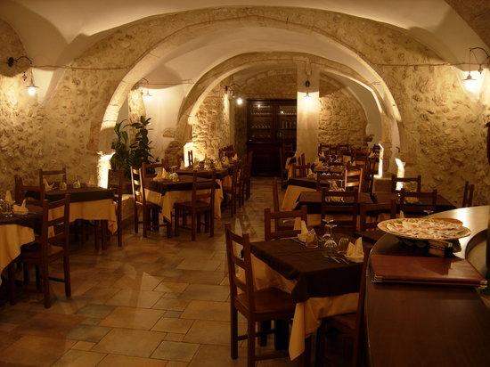 Sala da pranzo con tovaglie marroni picture of antica for Sala pranzo con caminetto