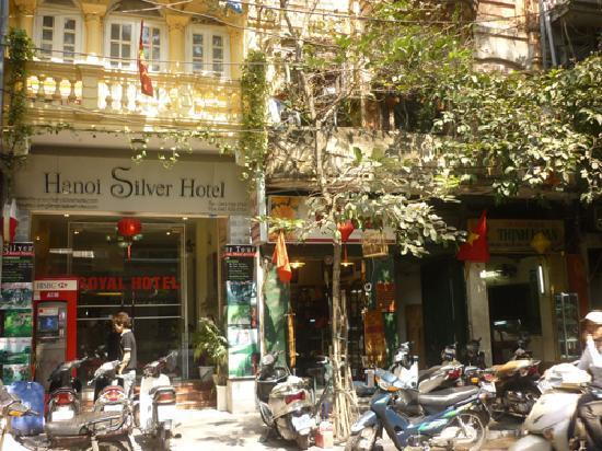Hanoi Silver Hotel : out side hotel, busy & amazing street