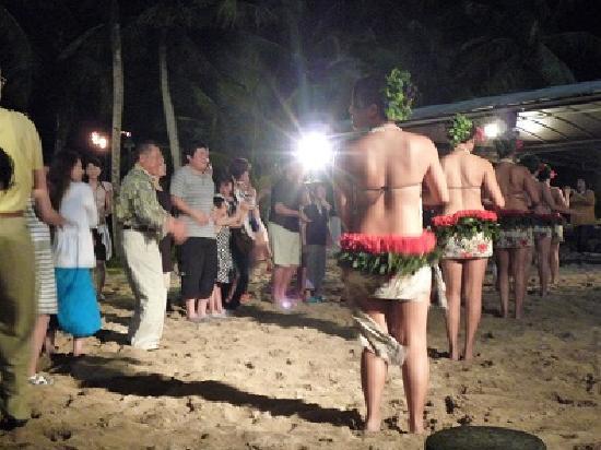 Nikko Sunset Beach BBQ: 踊りたい人は前へ。