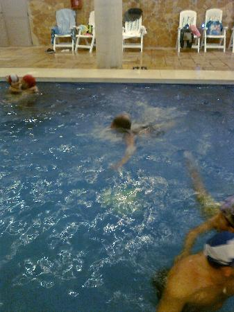Hotel Mediterraneo Benidorm: la piscina..no da para un largo...