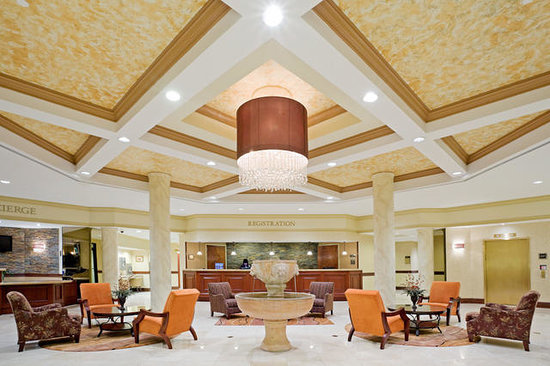 Crowne Plaza Edison: Welcome to our beautiful Lobby
