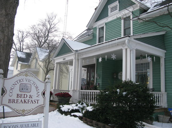 Country Victorian Bed and Breakfast: So cute from outside too!
