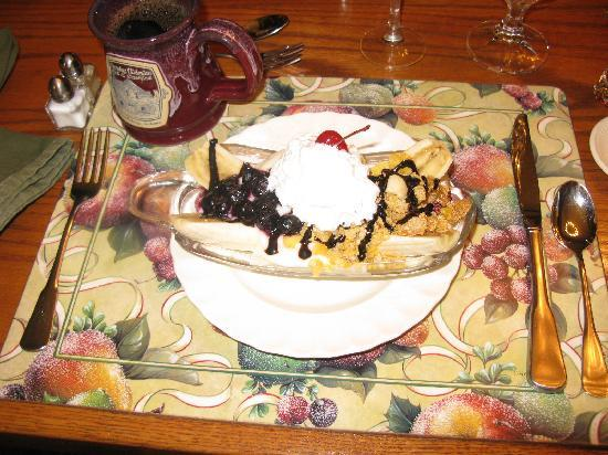 Country Victorian Bed and Breakfast: Our favorite breakfast component- banana split.