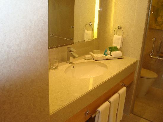 DoubleTree by Hilton Kuala Lumpur: suite bathroom