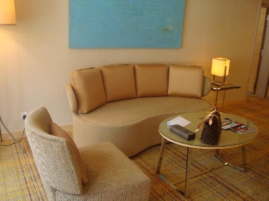 DoubleTree by Hilton Kuala Lumpur: suit seating room