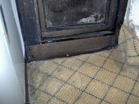 Holiday Inn Express in Wilkesboro: Mold on the walls and the carpet