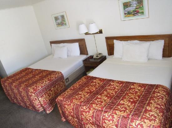 Mountain View Inn: double queen