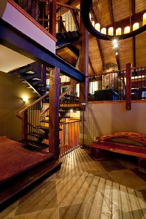 Alpine Lodge Fernie: entrance to your holiday
