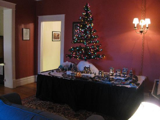 Greenwood Bed and Breakfast: The train under the Christmas tree in the entry