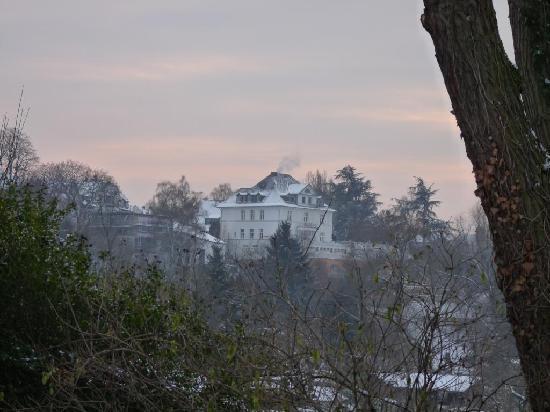 Hotel Villa Huegel: Hotel in the distance