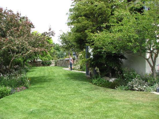 Avalanche Bed and Breakfast: Lovely garden