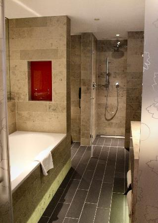 Hilton The Hague: The large, luxurious bathroom at the Hague Hilton