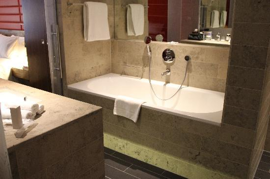 Hilton The Hague: The large soaking tub