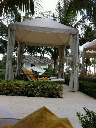 Iberostar Grand Hotel Rose Hall: Comfy places to lounge.