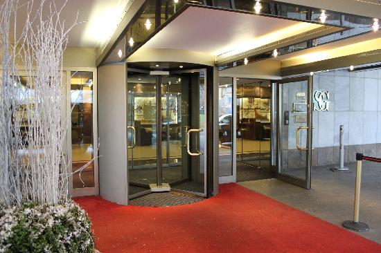 Althoff Hotel Am Schlossgarten: Hotel Entrance