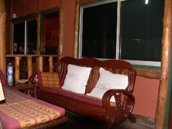Sukhothai Guest House: rustikale Möbel
