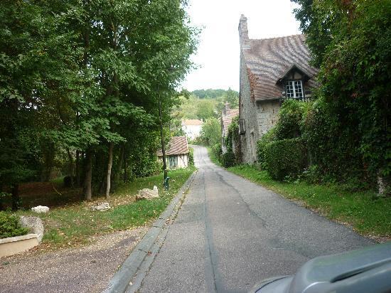 Le Clos Fleuri: The lane (Rue de la Dime)