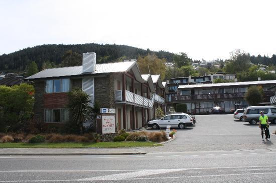 ‪كوينزتاون موتل أبارتمنتس: Queenstown Motel Apartments from the road‬