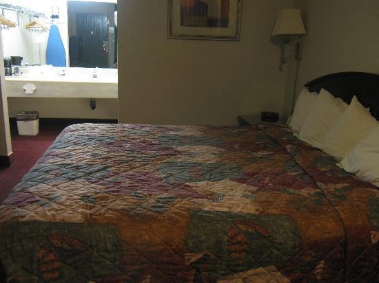 Best Western Pasadena Inn : King bed and sink area