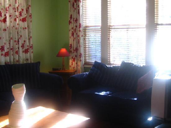 Baytree Cottage : sunny lounge