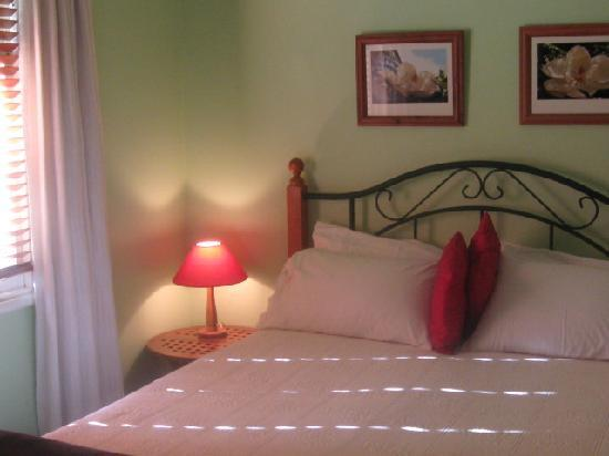 Baytree Cottage : sunny queen bedroom