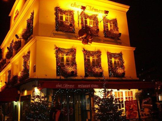 Chez Clement : L'ingresso del ristorante a Natale