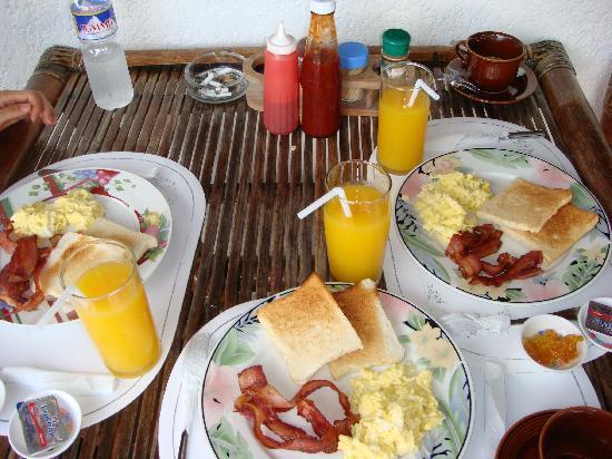Cabana Beach Club Resort: ベランダで朝食