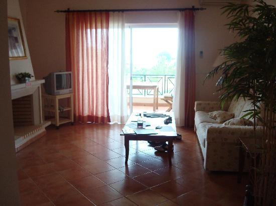 Colina Verde Aparthotel & Golf: woonkamer van de suite