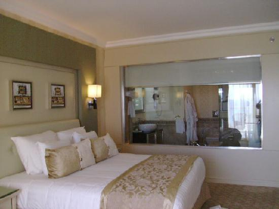 ... Boutique Hotel and Spa : stanza da letto con vetrata che dà sul bagno