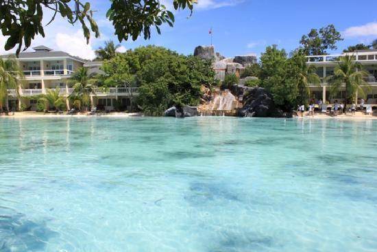 Plantation Bay Resort And Spa: 人工ラグーンとウォータースライダー