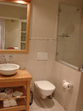 Aan Dorpstraat Guest House: En suite bathroom