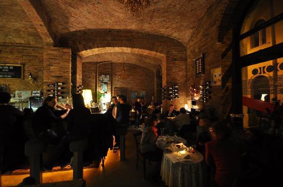 l 39 int rieur du bar picture of doblo wine bar home. Black Bedroom Furniture Sets. Home Design Ideas